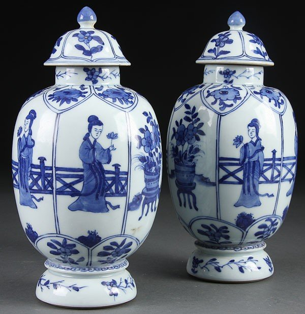 9: A PAIR OF BLUE/WHITE CHINESE PORCELAIN LIDDED URN