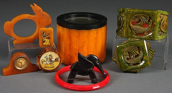 1178: A VINTAGE BAKELITE NOVELTY AND JEWELRY GROUP, EAR