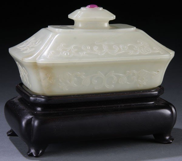 452: A CHINESE MUGHAL STYLE  WHITE JADE COVERED BOX