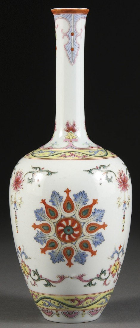 11:  CHINESE FAMILLE ROSE QING STYLE PORCELAIA VASE