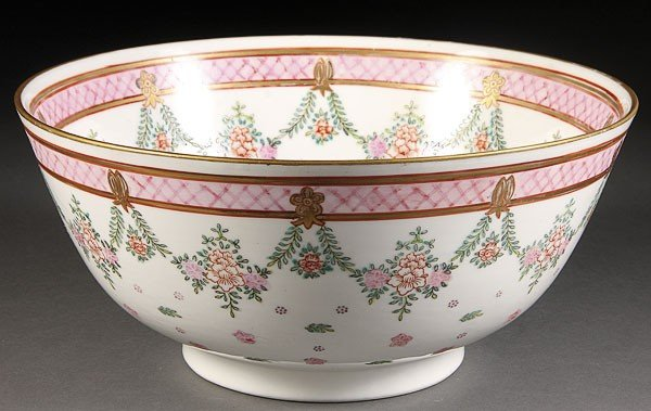 22: A CHINESE EXPORT STYLE PORCELAIN BOWL, 20TH CENTURY