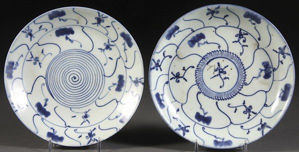 51: TWO CHINESE LATE MING STYLE BLUE AND WHITE PLATES