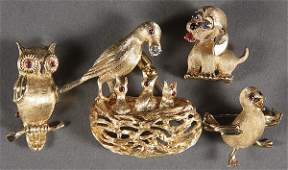 601: A GROUP OF 4 YELLOW GOLD BIRD AND DOG FORM BROOCHE