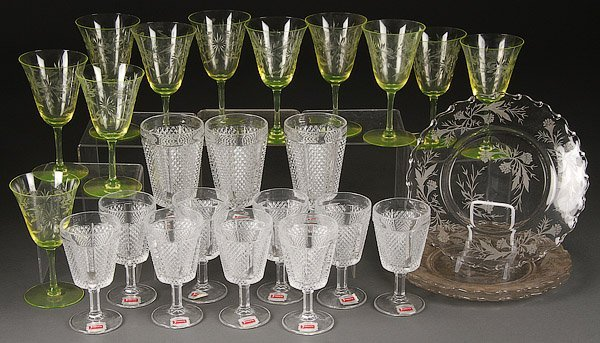 A 30 PIECE GROUP OF ASSORTED VINTAGE GLASSWARE