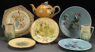 AN EIGHT PIECE GROUPING OF MAJOLICA POTTERY