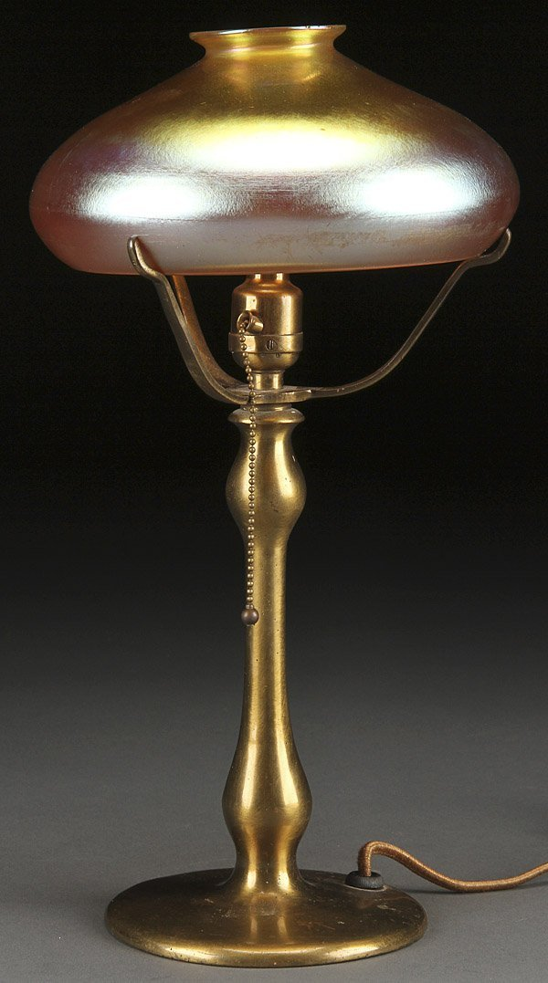 565A: AN AMERICAN IRIDIZED GLASS & BRONZE TABLE LAMP