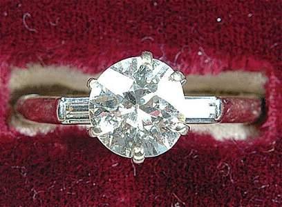 1883: A LADIES 14KT WHITE GOLD DIAMOND RING c