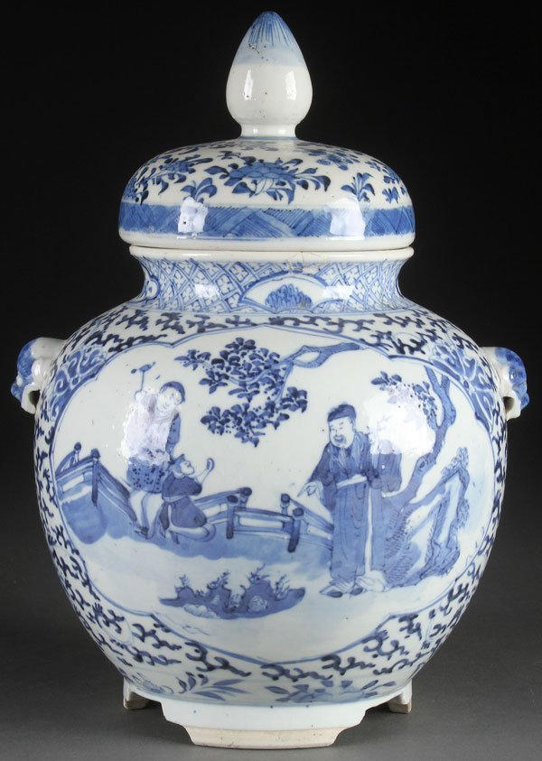 A VERY FINE CHINESE KANGXI BLUE AND WHITE LIDDED
