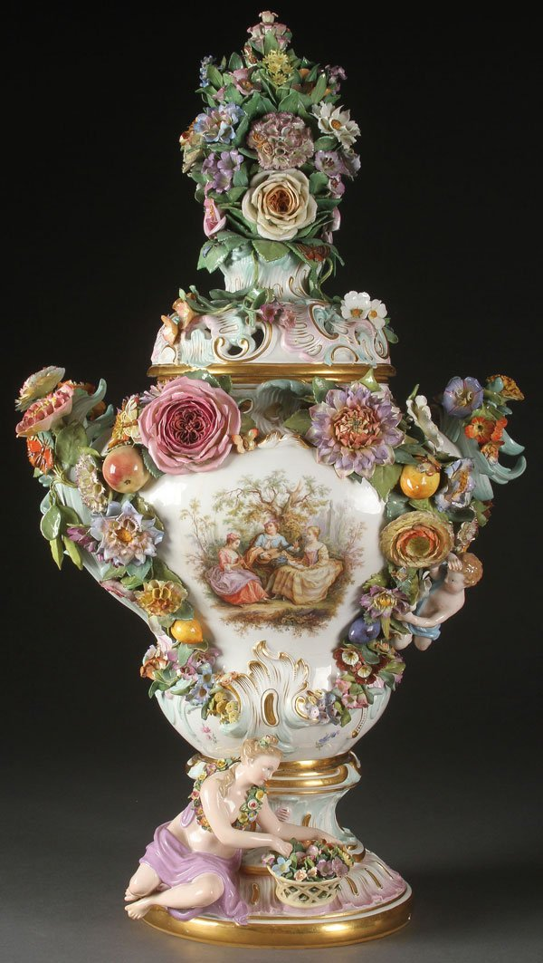 A MEISSEN GERMAN PORCELAIN COVERED URN
