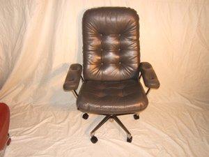 23: Contemporary Executive Swivel Desk Chair