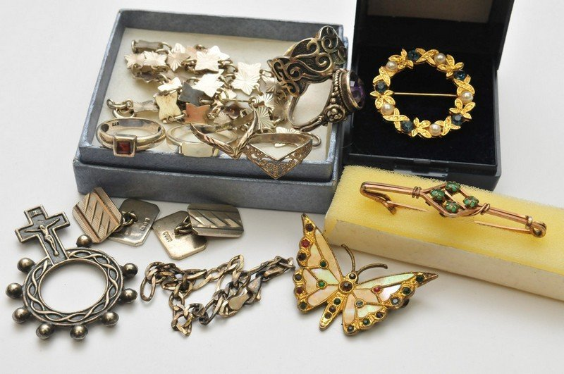 A small collection of jewellery oddments including some