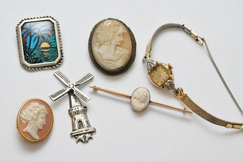 A collection of jewellery oddments comprising a yellow