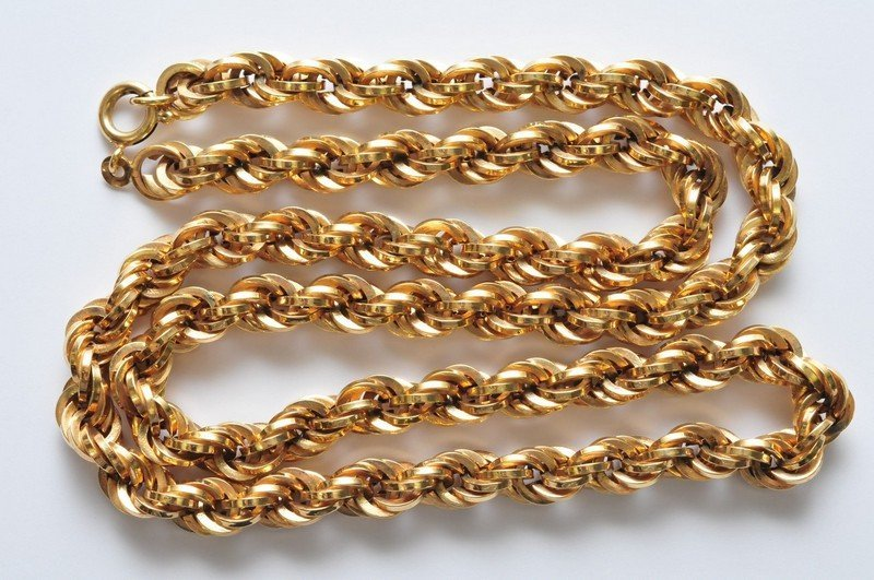 A ladies 9ct gold necklace