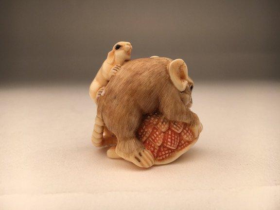 Carved netsuke figure a small mouse - 2