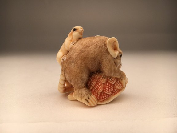 Carved netsuke figure a small mouse - 2