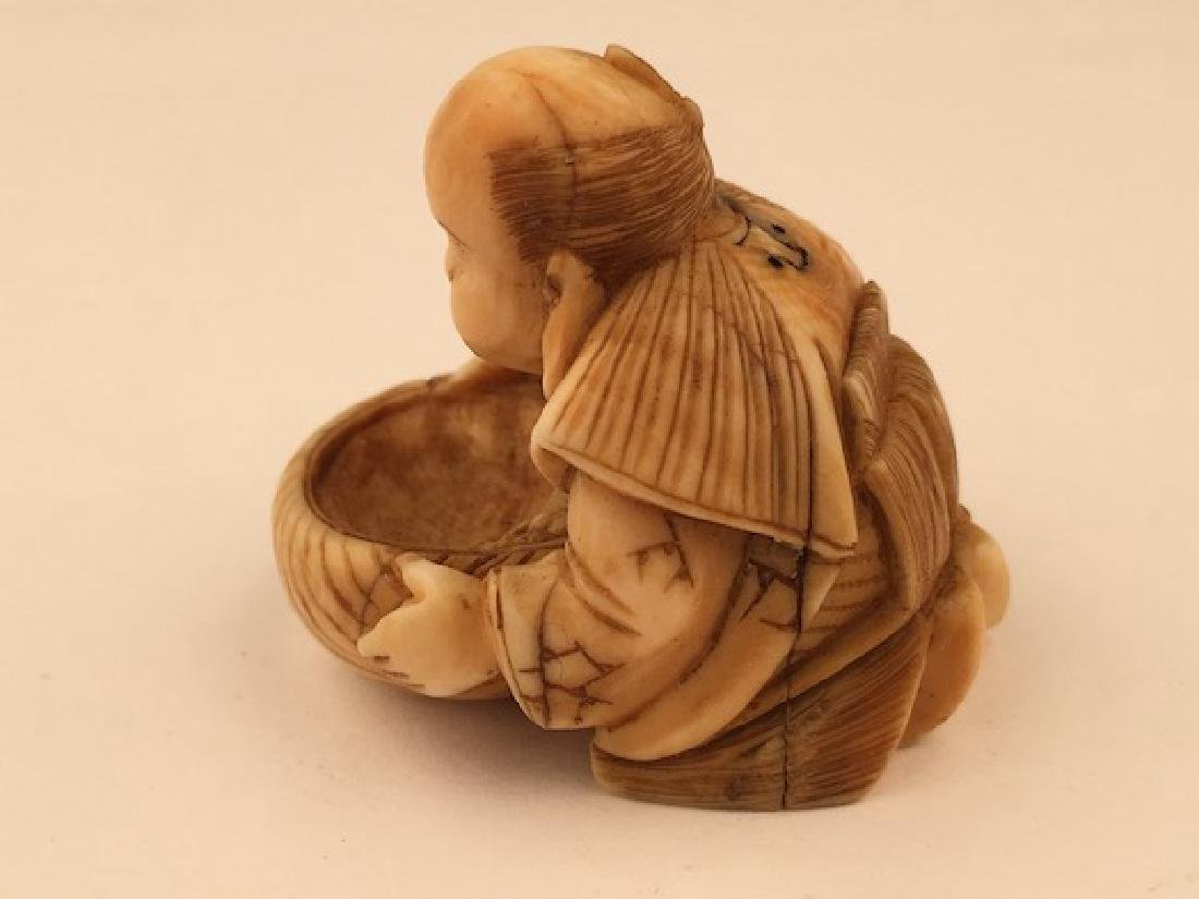 Antique carved Netsuke figure of a woman preparing food - 3