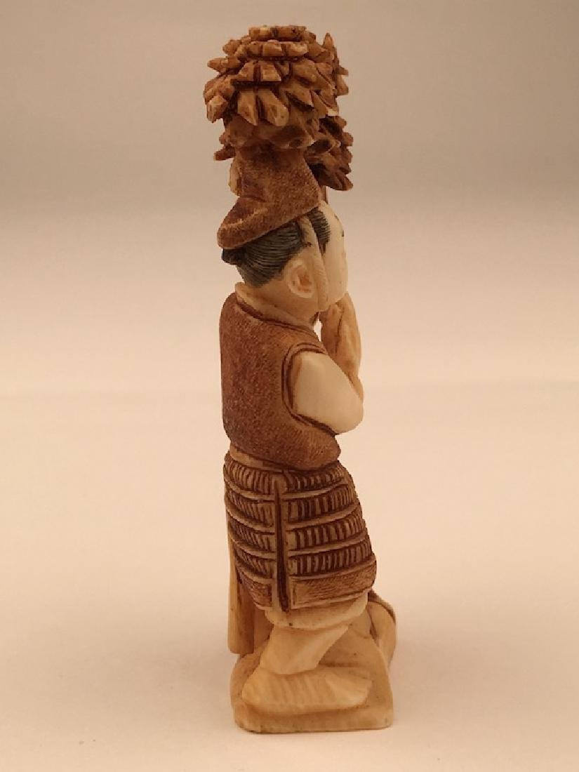 Antique carved Netsuke figure of a man under a lotus - 4