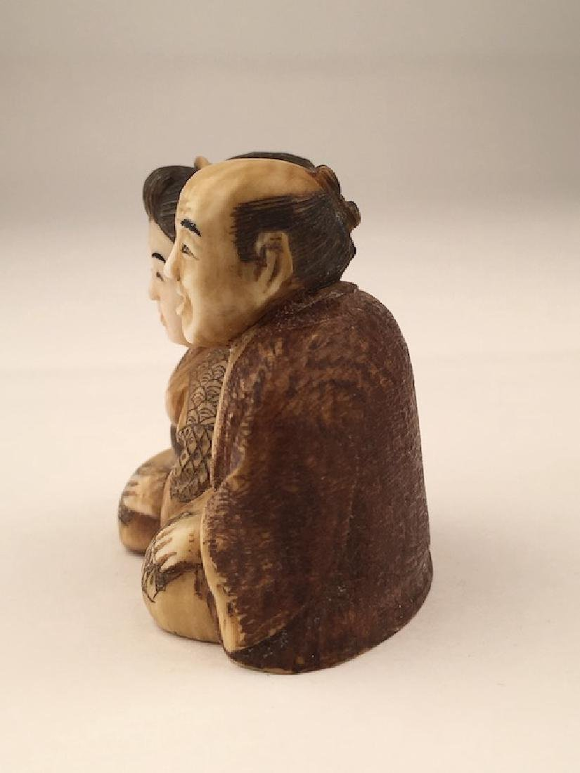 Antique carved Netsuke figure of a man and lady sitting - 2