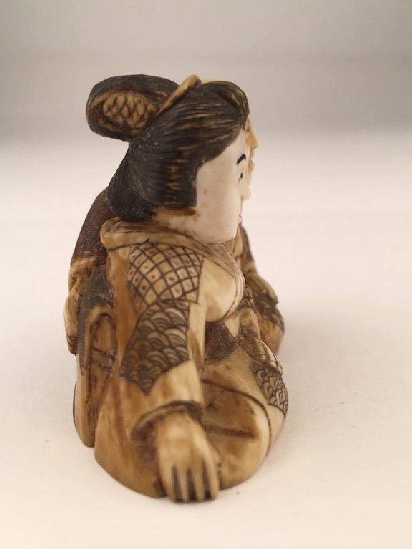 Antique carved Netsuke figure of a man and lady sitting - 4