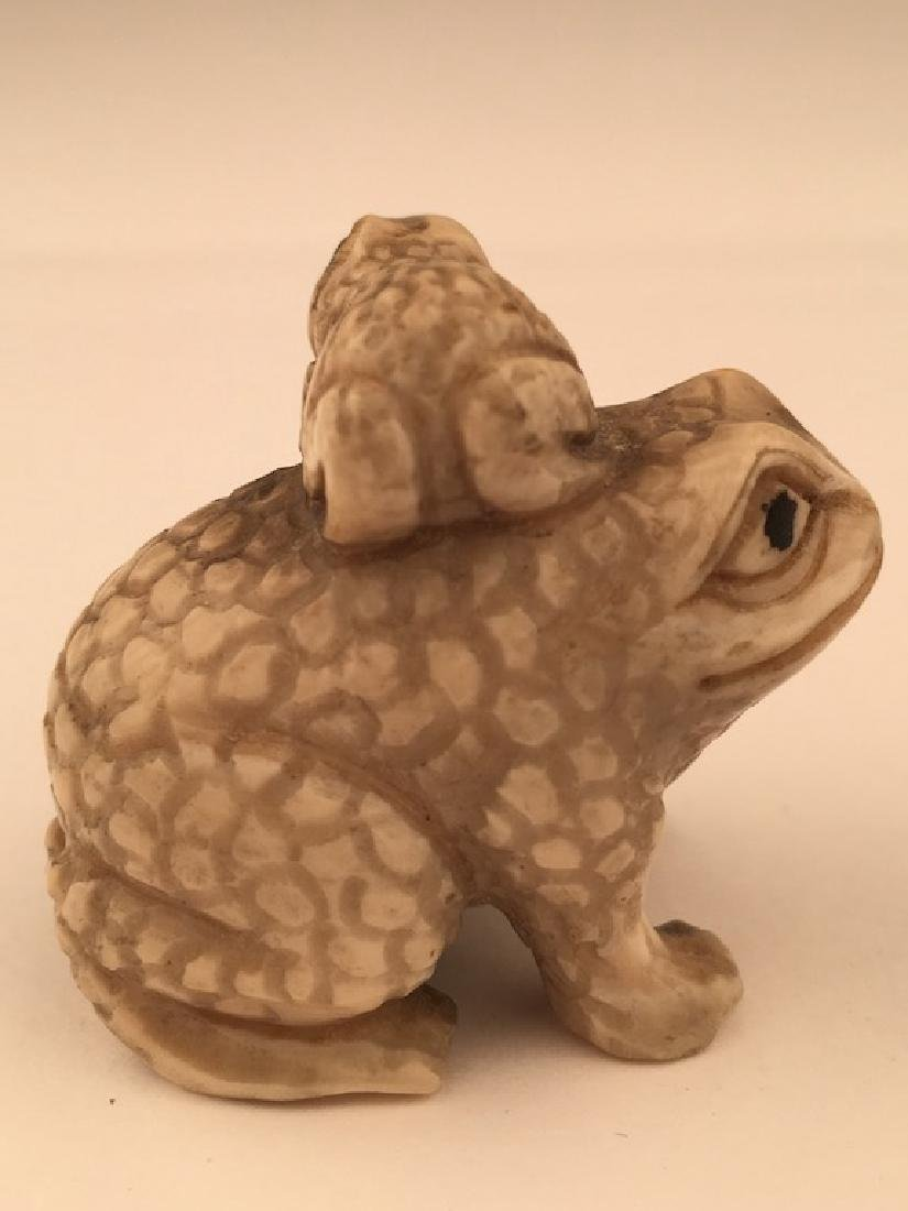 Antique carved Netsuke figure of a small frog on the - 4