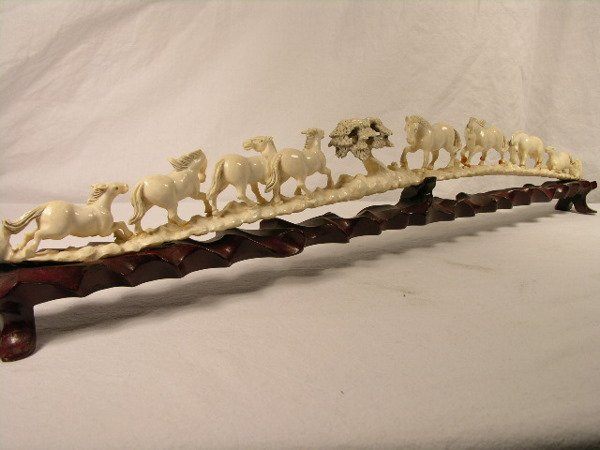 3147: IVORY CARVING OF HORSESLINE UP
