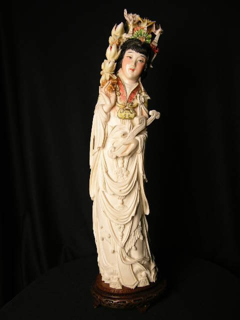 3151: IVORY CARVING OF A CHINESE WOMAN IN FLOWING GOWN