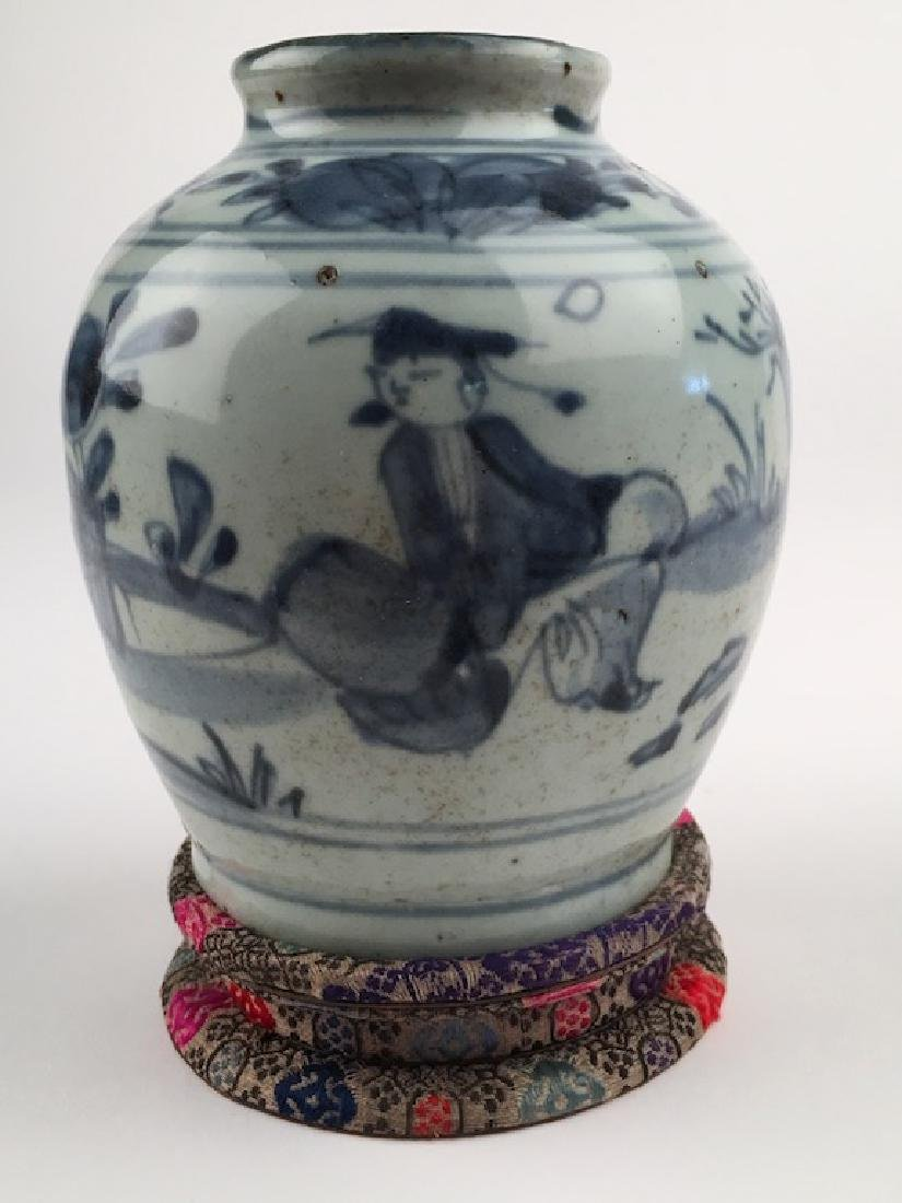 A very good Chinese Ming period (1368-1644) vase.