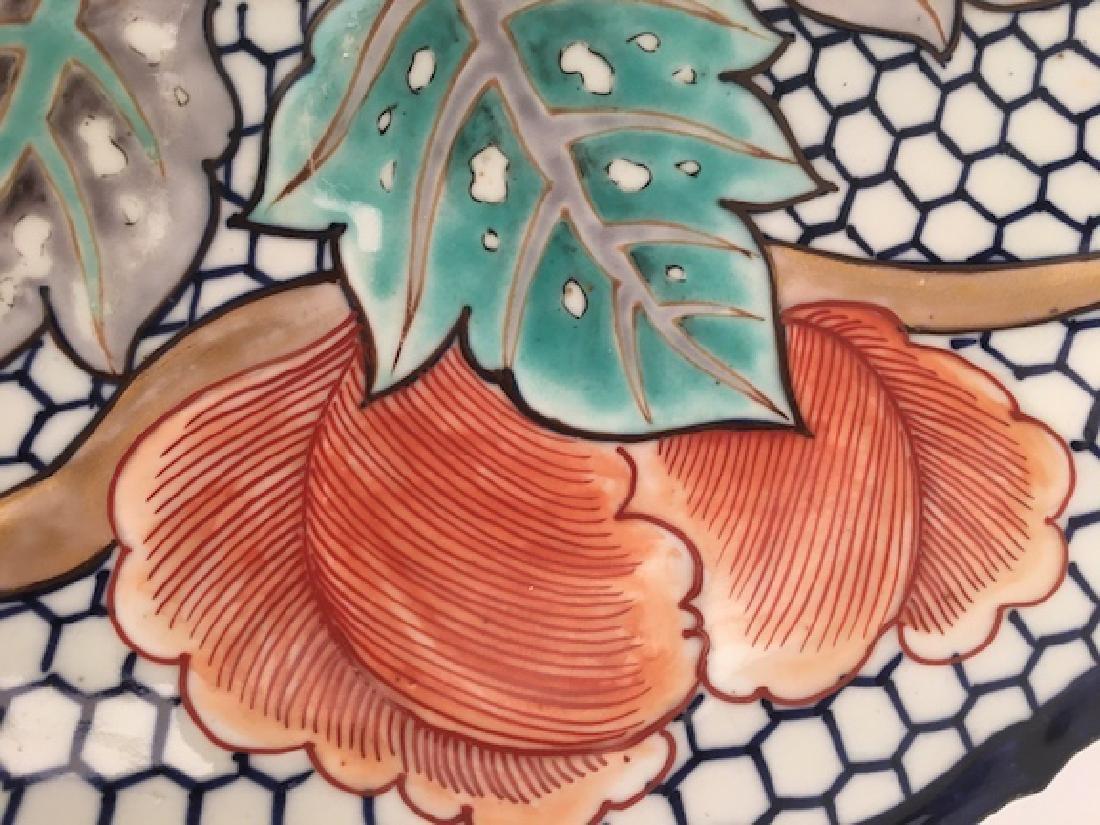 Japanese Imari serving dish with scalloped edge. - 3