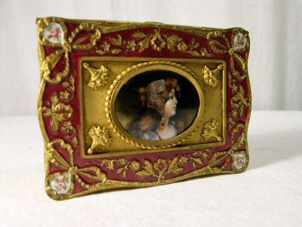 4086: LIMOGES  (FRENCH) DRESSER BOX.THE TOP HAS A BEAUT