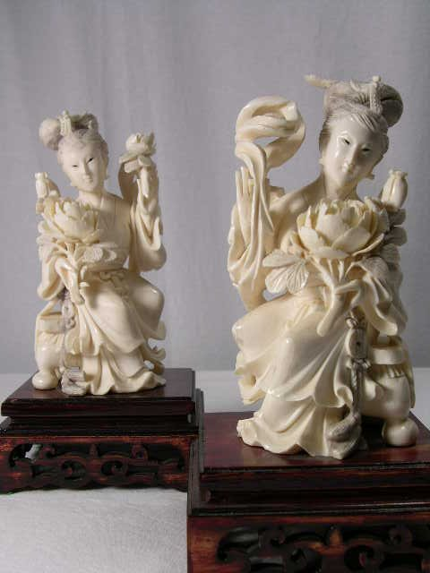 4100: IVORY FIGURES. A PAIR OF JAPANESE WOMEN HOLDING V
