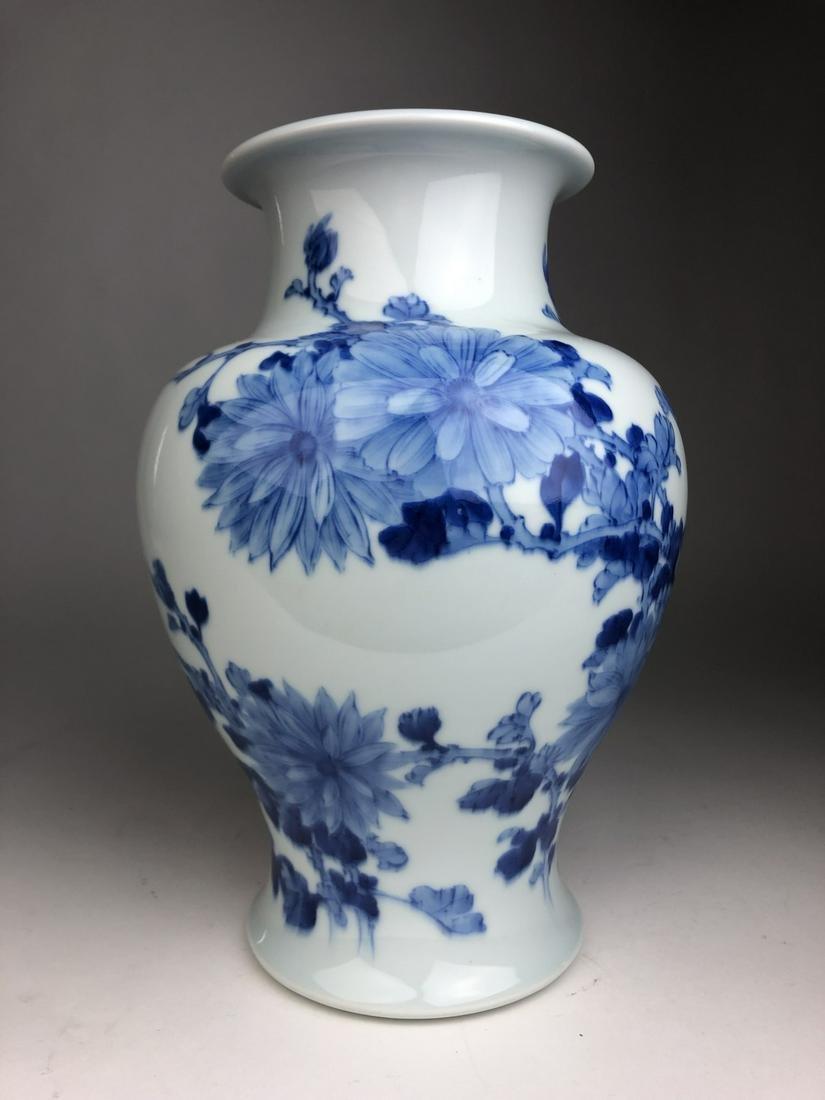 A beautiful Makuzu Kozan porcelain vase depicting large