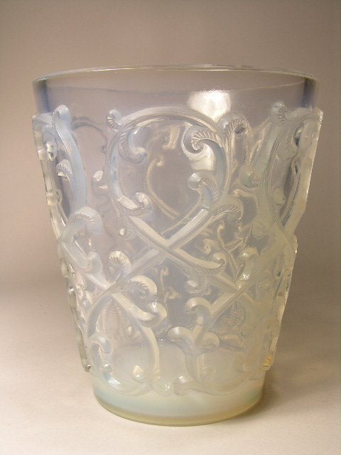 926: R. LALIQUE VASE IN OPALESCENT GLASS.
