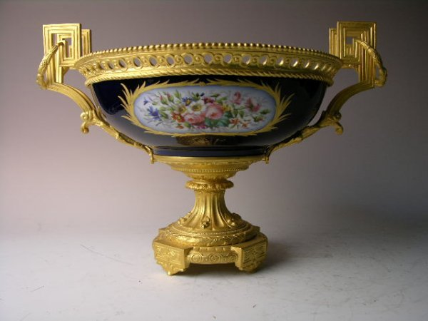 17: SEVRES PORCELAIN CENTERPIECE WITH GOLD OMULO HANDLE