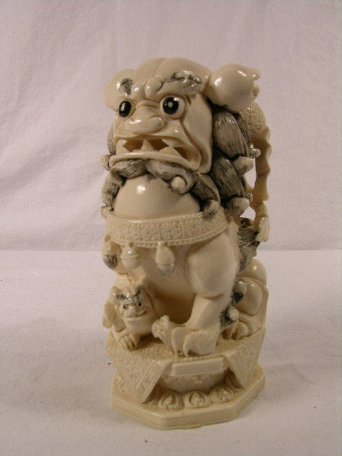 18: IVORY CHINESE CARVING OF A LARGE FOO DOG WITH ONE C