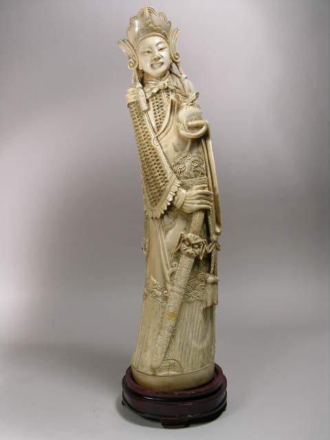 171: IVORY CARVING OF A WOMAN.