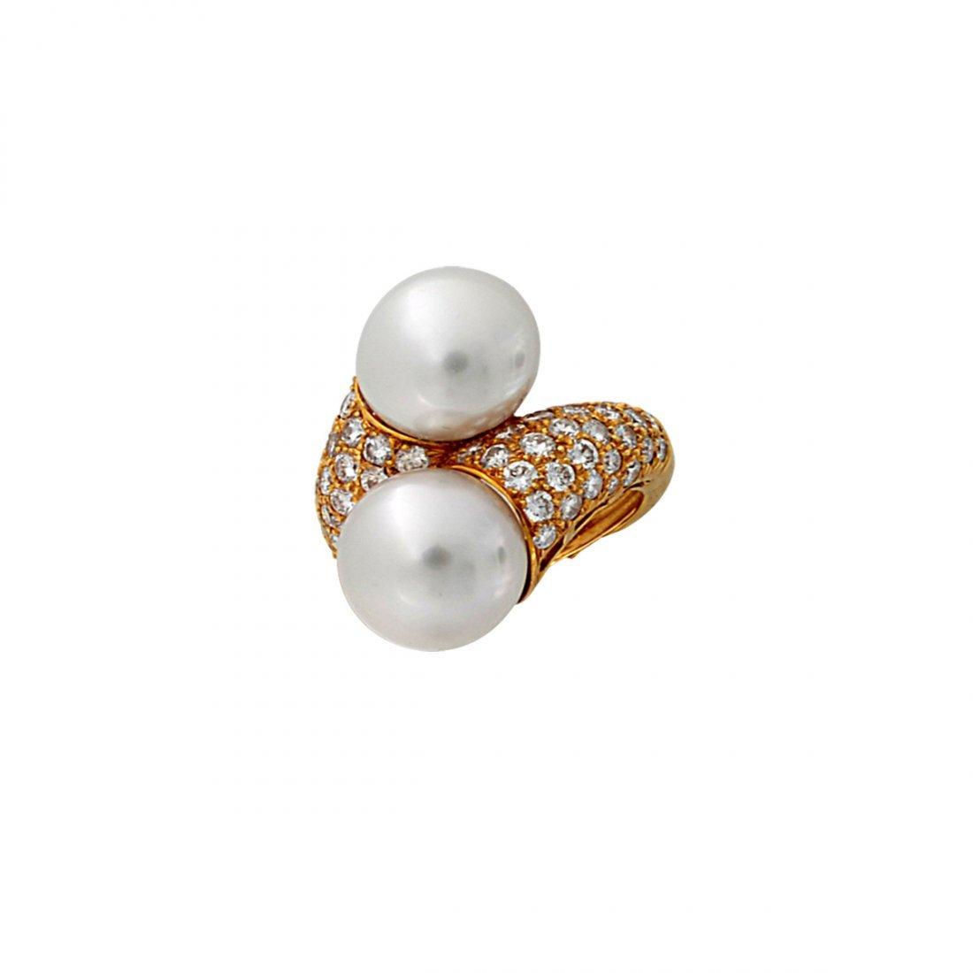 4: South Sea pearls measuring 11/12mm in diameter surro