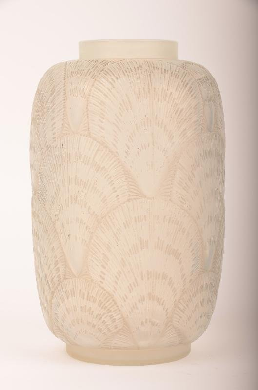 24: R. Lalique Coquilles vase decorated with shells all