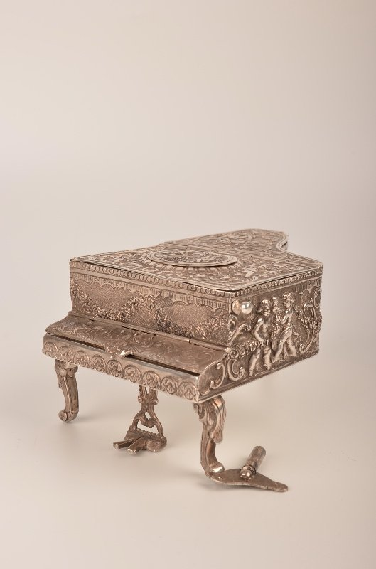 SIlver 800 mechanical singing bird box in the form of a