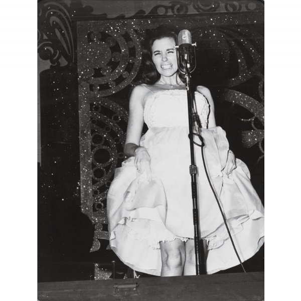 19: PHOTOGRAPH OF JUNE CARTER CASH IN CONCERT