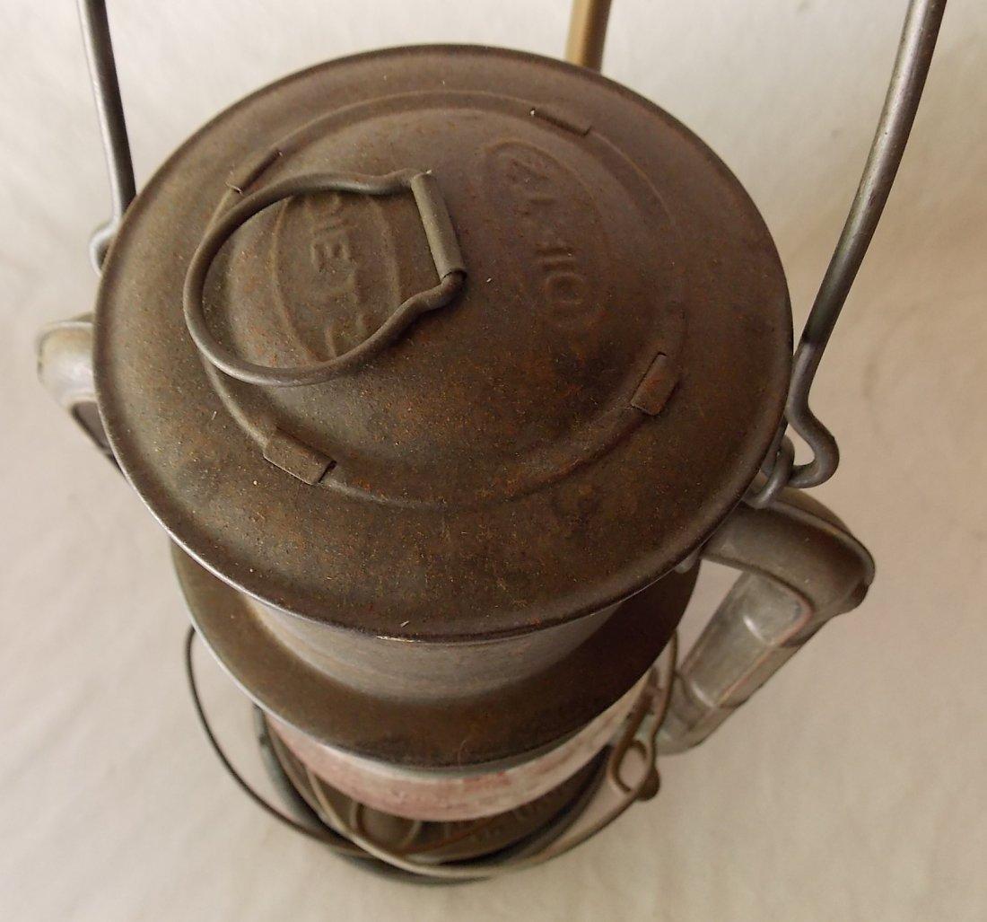 Dietz No 2 D-Lite Lantern with Fire Bracket - 3