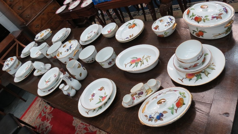 A large quantity of Royal Worcester dinn
