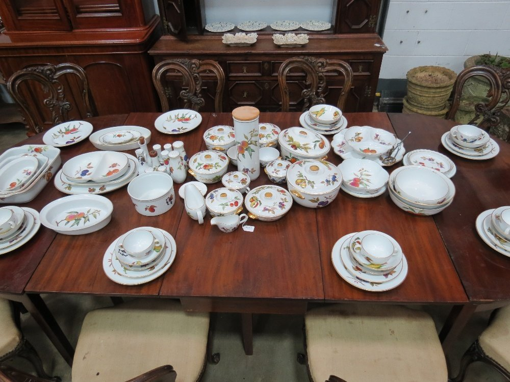 A quantity of Royal Worcester 'Evesham' pattern dinner