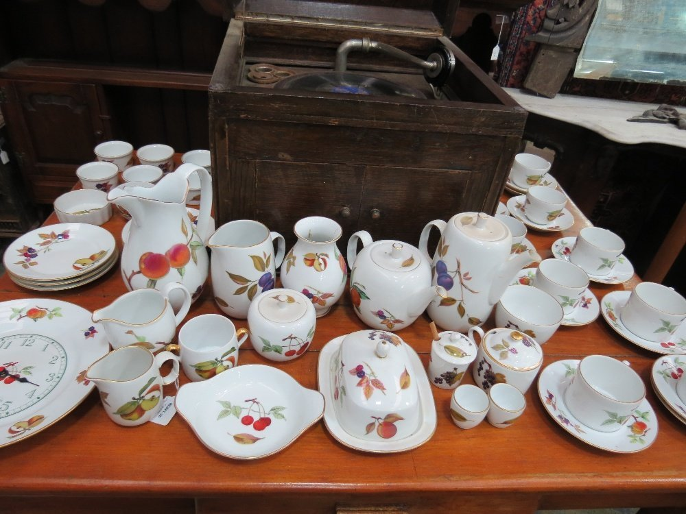 A quantity of Royal Worcester 'Evesham' pattern tea