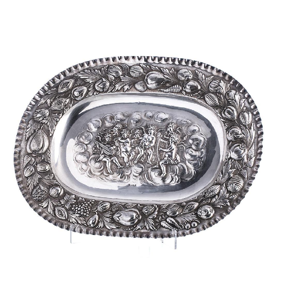 Cherubs platter in relieved silver