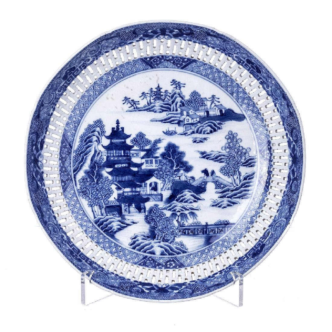 Canton piercer charger in Chinese porcelain, Qianlong