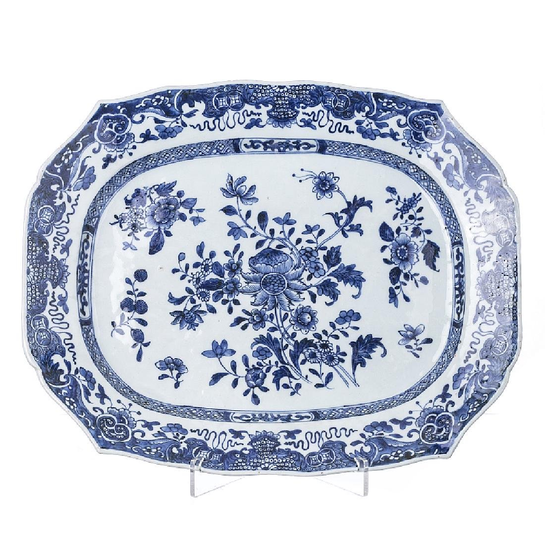Scalloped platter in Chinese porcelain, Qianlong