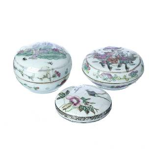Three miniature boxes in chinese porcelain