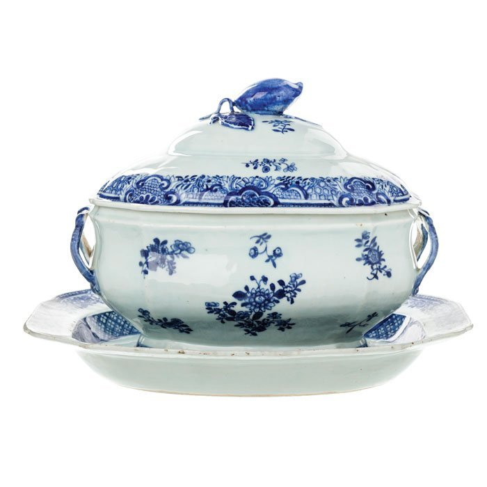 Tureen with presenter in Chinese Porcelain, Qianlong