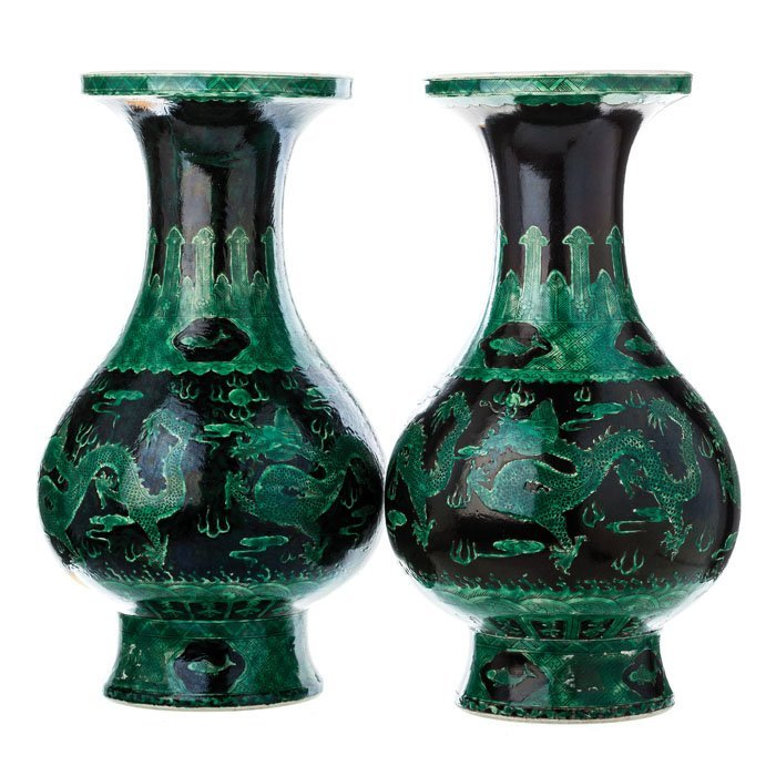 Pair of vases 'dragons' in Chinese porcelain, Famille