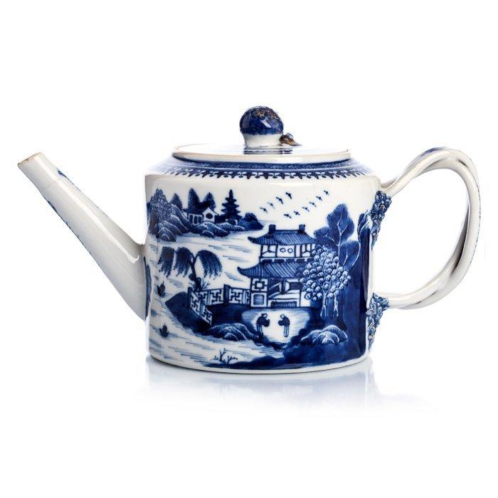 Teapot in Chinese porcelain, Qianlong